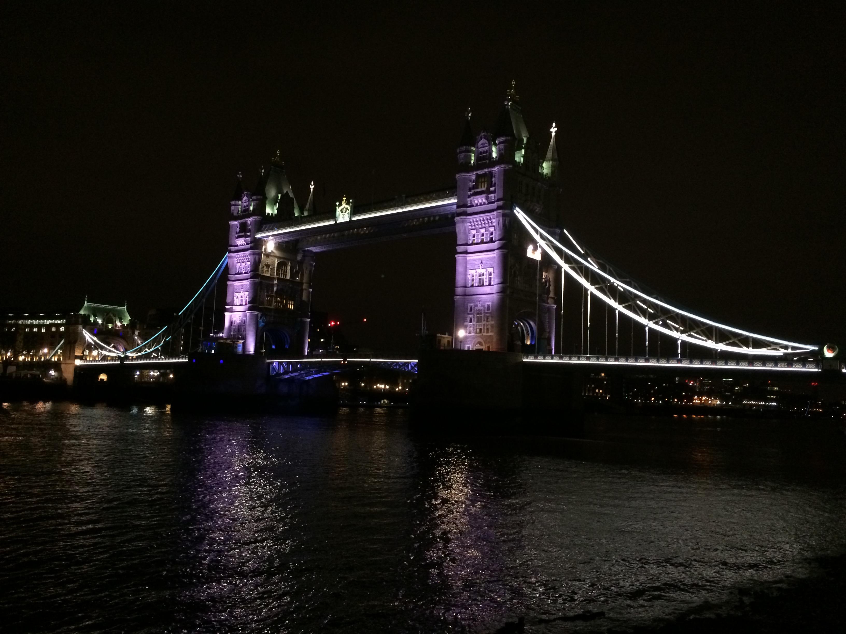 Die beleuchtete Tower Bridge bei Nacht