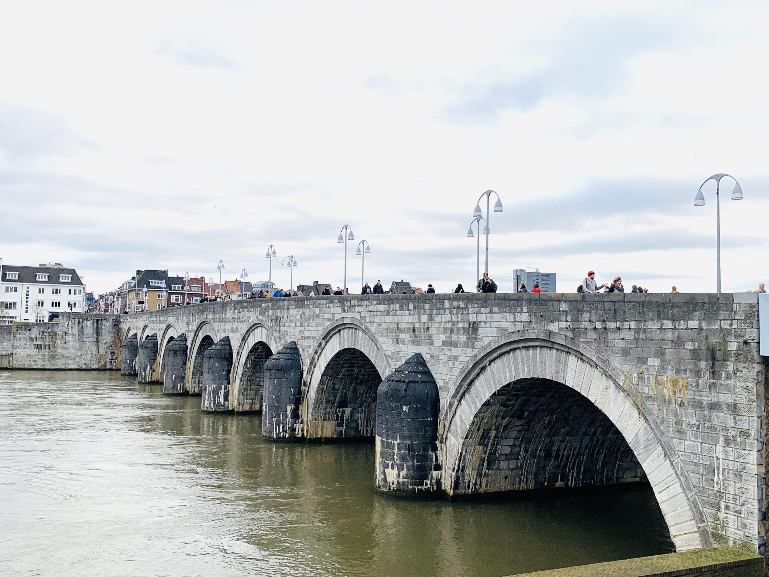 Stadtrundgang über die St Servatius Brücke in Maastricht