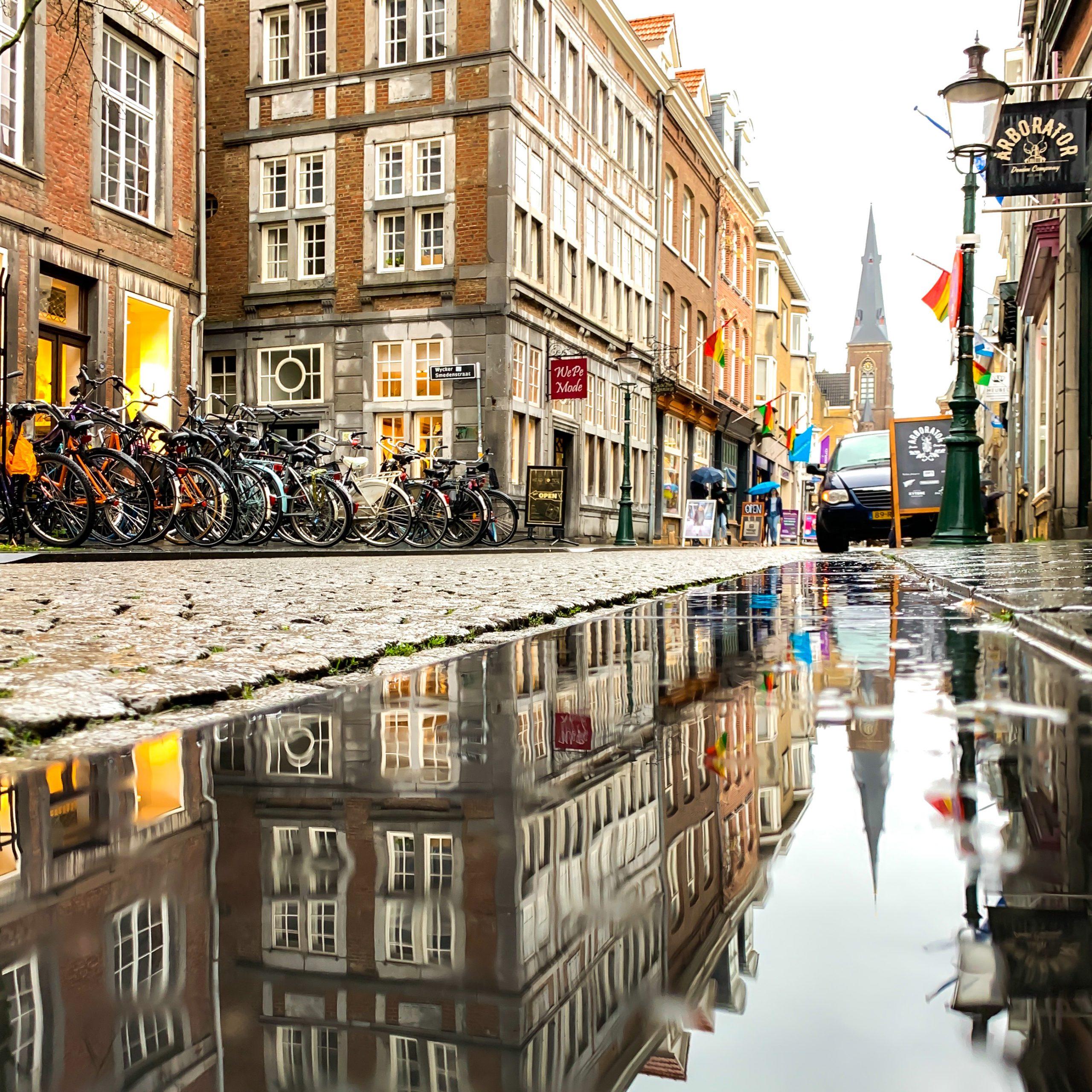 Wasserspiegelungen in den Gassen von Wyck, Maastricht