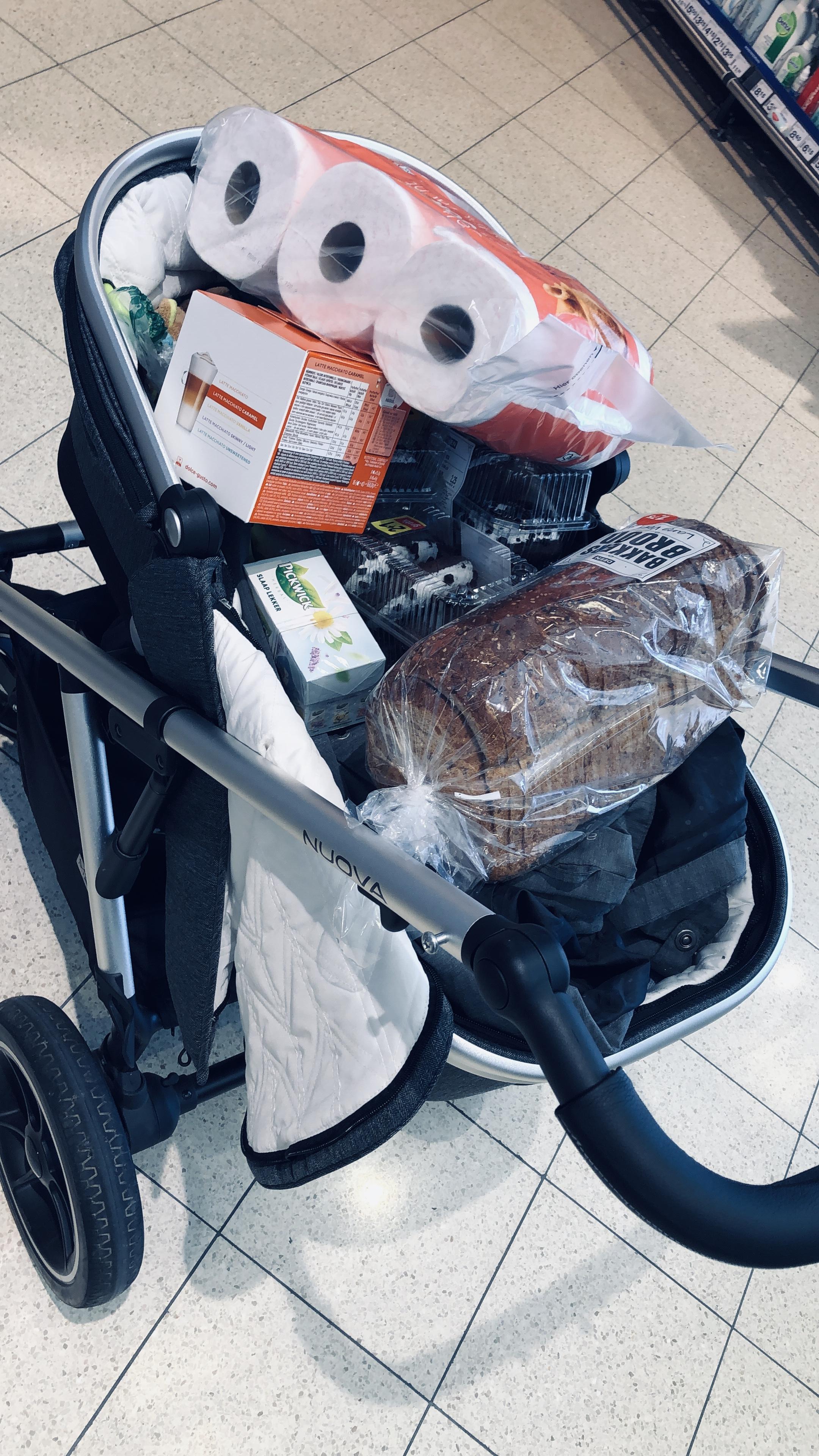Vollbepackter Kinderwagen