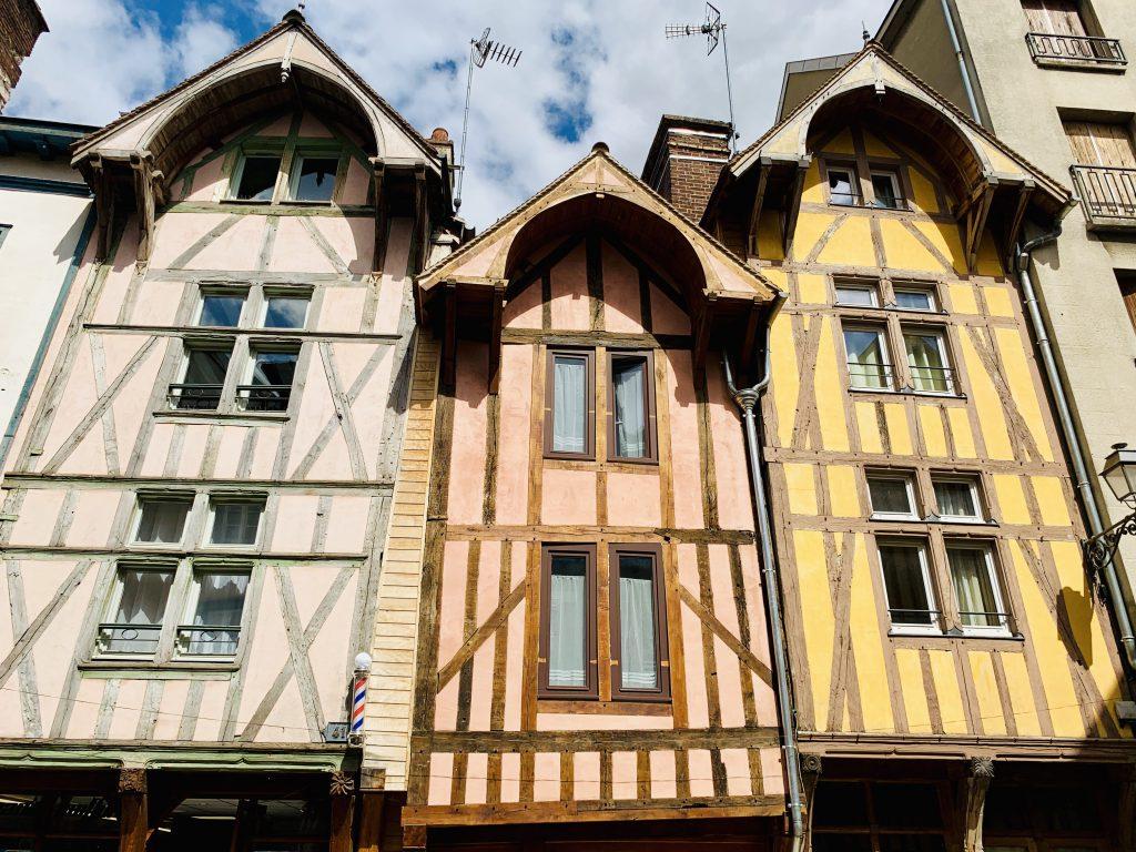 Europa Roadtrip 2019 - Bunte Häuserfront in Troyes, Frankreich