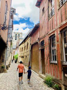 Europa Roadtrip 2019 - Unsere Kinder in den Gassen von Troyes