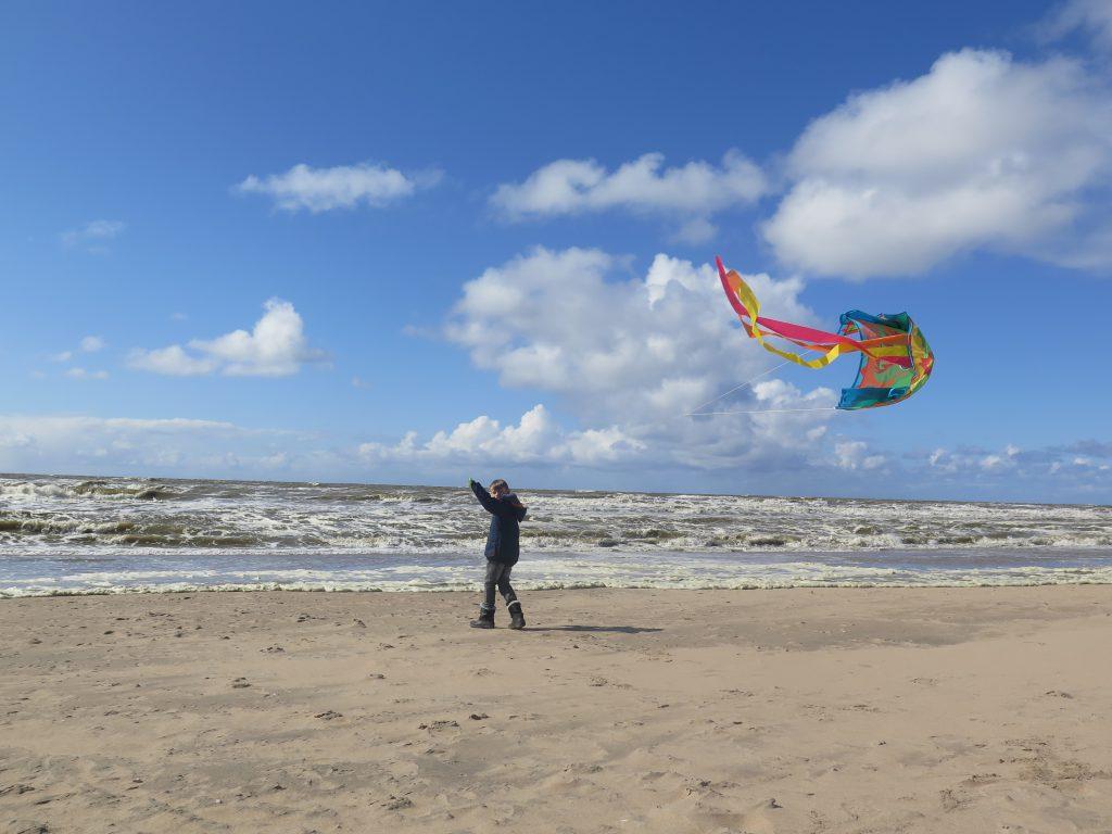 Drachensteigen am Strand von Holland