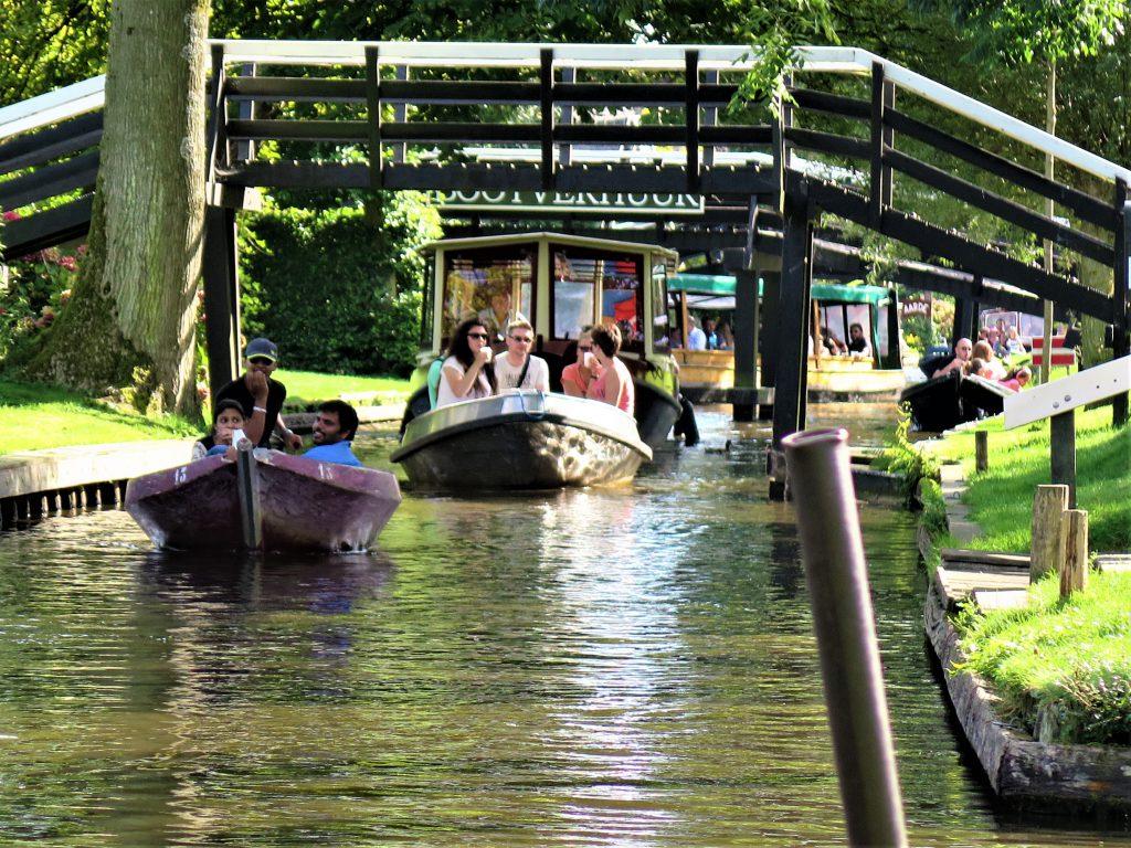 Staustehen im Boot in Giethoorn