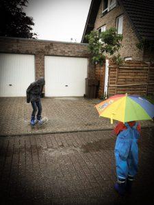 Kinderaktivitäten im Herbst - Es darf auch mal die Pfütze sein