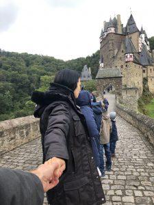 Mit der Familie vor den Toren der Burg Eltz