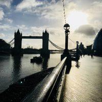 Schattenspiele mit der Tower Bridge am Ufer der Themse, London