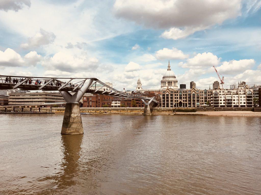 Die Millenium Bridge führt über die Themse zur St Paul's Cathedral