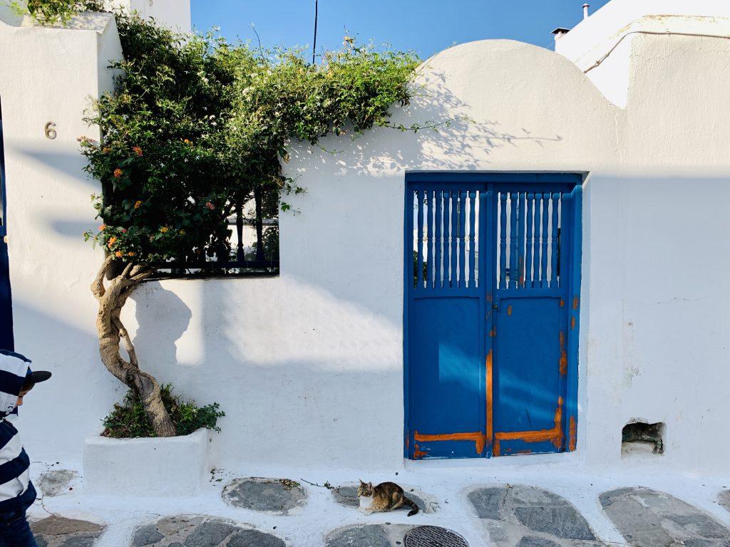 Griechisches, mediterranes Flair auf dem Rundgang durch Mykonos