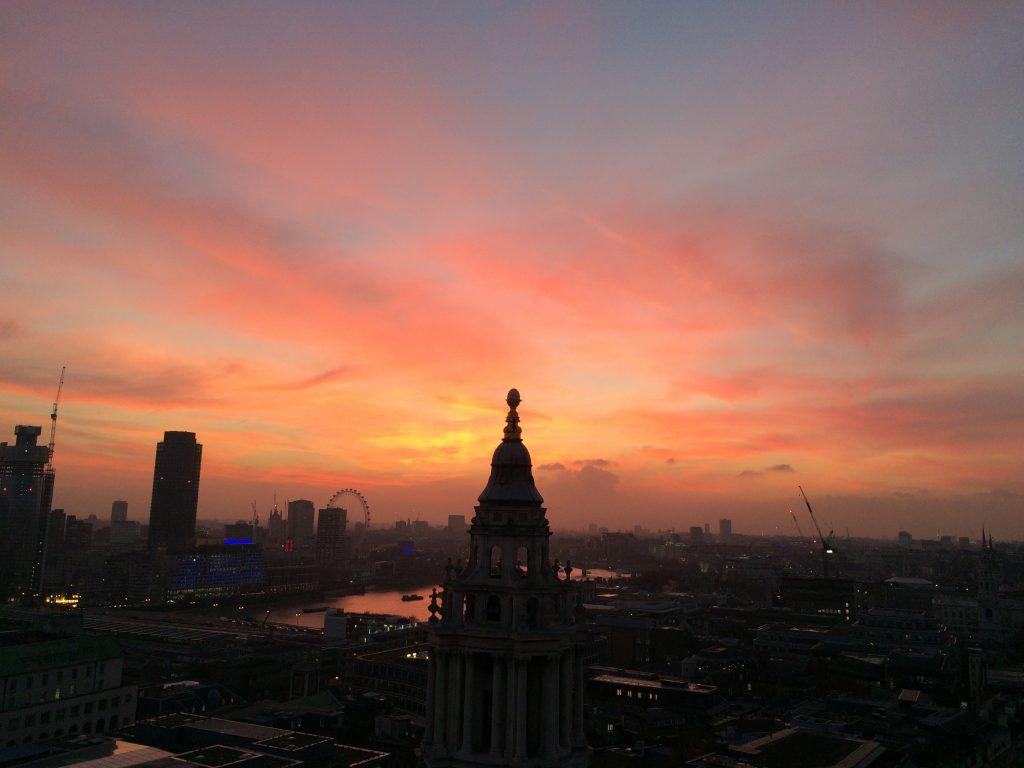 Blick von St Paul's Cathedral über London bei Sonnenuntergang