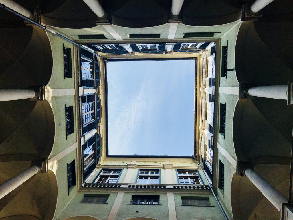 Blick nach oben auf der Stadttour durch Genua, Italien