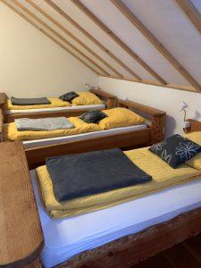 Die Einzelbetten auf der Schlafempore im Ferienhaus