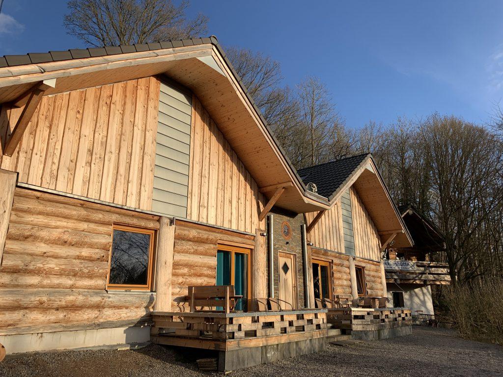 Ein Baumstammhaus als Ferienhaus in der Eifel