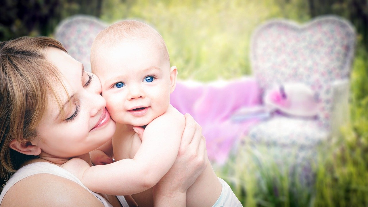 Mama und Neugeborenes
